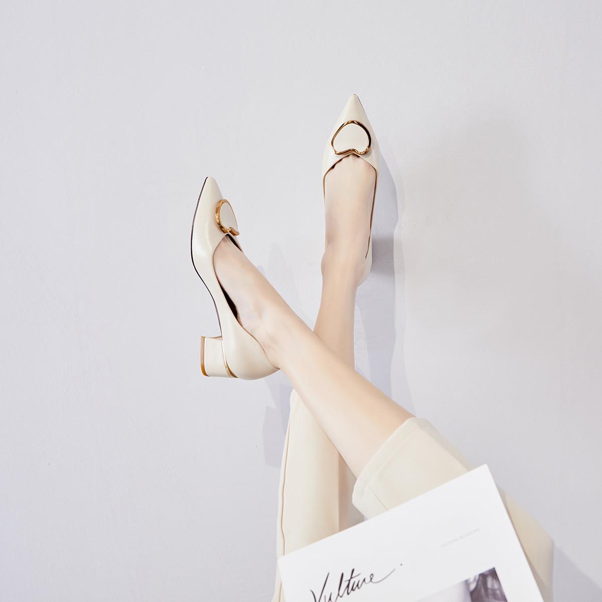 2021春季新款女单鞋精致优雅尖头女鞋粗跟浅口单鞋时髦饰扣鞋子 米白色 36