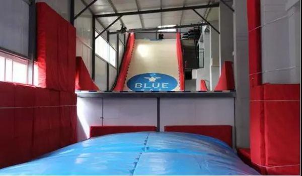 2000平方米的大面积,7大蹦床主题!淘气堡、泡泡足球、蹦床区、魔术墙等畅玩!西安蓝湾地带蹦床馆 3小时体验票