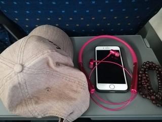 木有带钱包的习惯了,随身带的帽子,手机,