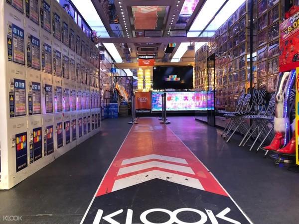 日本东京 新宿机器人餐厅表演(含纪念品)