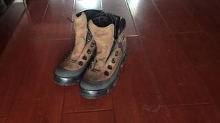 这鞋我穿过,非常的不舒服,鞋底很硬包裹感