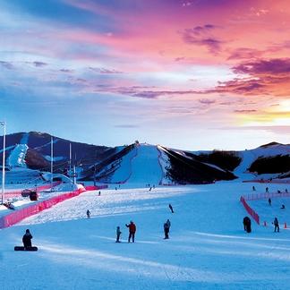 张家口崇礼富龙滑雪场 假日度假酒店1晚+双人雪场票+早餐