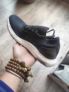 阿迪这款跑步鞋款式百搭,黑色配色比较容易