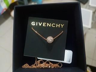 项链很漂亮,很闪耀的转运珠造型,显脖子纤