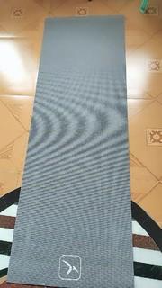 很厚实的一款瑜伽垫,踩在上面软软的,运动