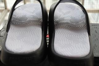 外观:一眼看上去非常厚实的外观,鞋背也是