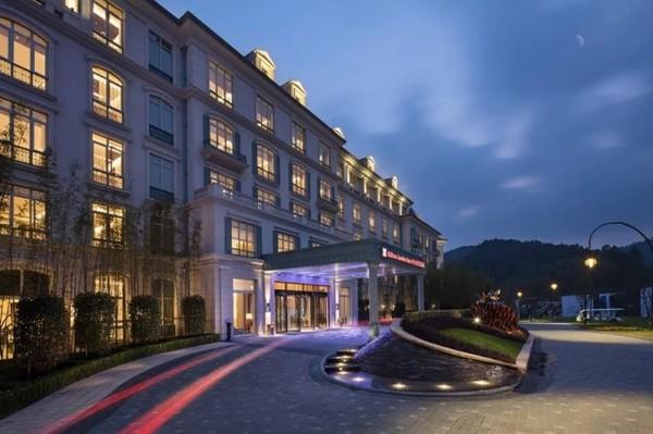 一周通用,元旦不加价!杭州鸬鸟新湖希尔顿花园酒店 花园标准房1晚(含双早+双人滑雪门票)