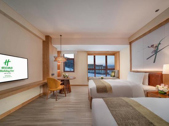 滑雪季!吉林北大湖假日酒店 高级大床房2晚(含2大1小早餐+雪票+雪具+摆渡车套餐)
