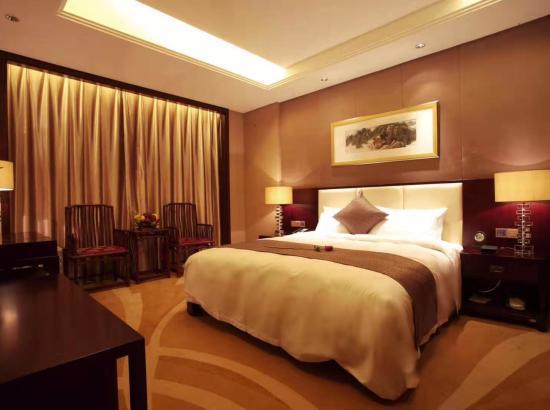 周末不加价!西安大唐西市酒店 61-70㎡丝路景观大床套房2晚(含早+自助午/晚餐2选1)