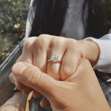 小编精选:结婚钻戒这么选?还是最经典的六爪好!
