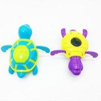 婴儿洗澡水中乌龟发条玩具