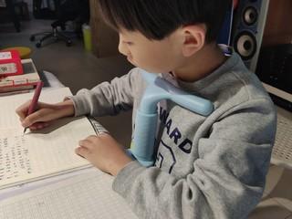 孩子写作业终于不趴桌子上了