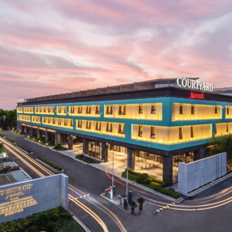 迪士尼周边!上海国际旅游度假区万怡酒店 豪华房1晚(含2大2小早餐+双人晚餐+迪士尼接送)