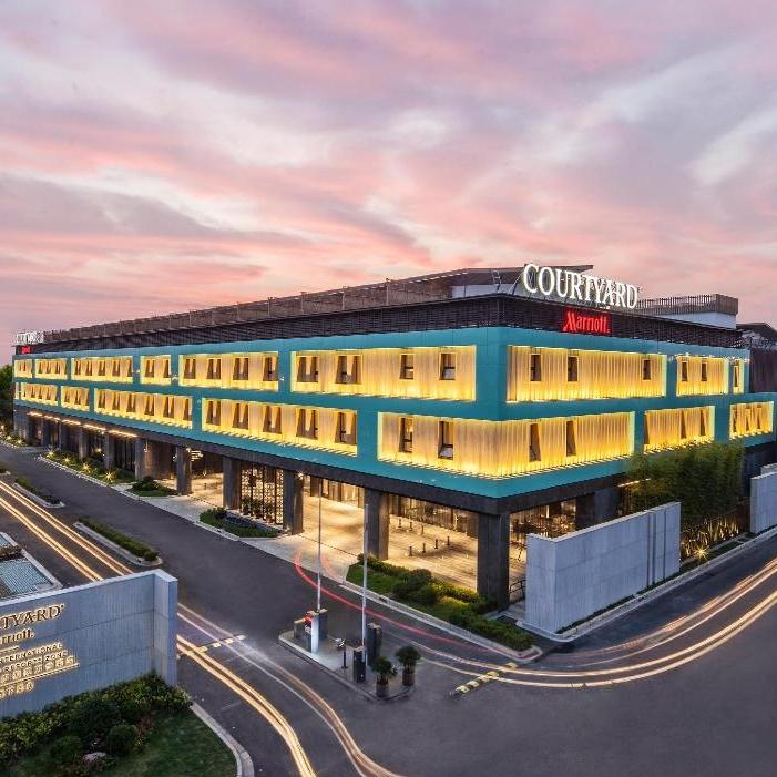 近迪士尼!周末不加价!上海国际旅游度假区万怡酒店豪华房1晚(含2大1小早餐 +安格斯牛肉鲜虾家庭晚餐套餐)