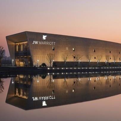 上海东方美谷JW万豪酒店 豪华湖景大床房1晚(含自助早、晚餐+免费停车)