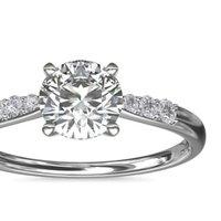 Blue Nile 小巧钻石订婚戒指 铂金(1/10 克拉总重量) 戒指所用钻石的总克拉重量为0.07