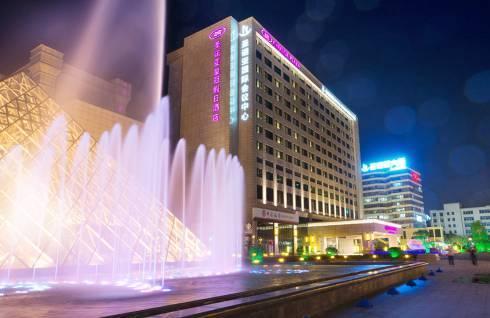 免费升级房型!上海圣诺亚皇冠假日酒店 皇冠高级房1晚(含早餐+行政酒廊欢乐酒廊礼遇等)